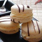 Macarons au Chocolat blanc, décorés de</br>chocolat noir