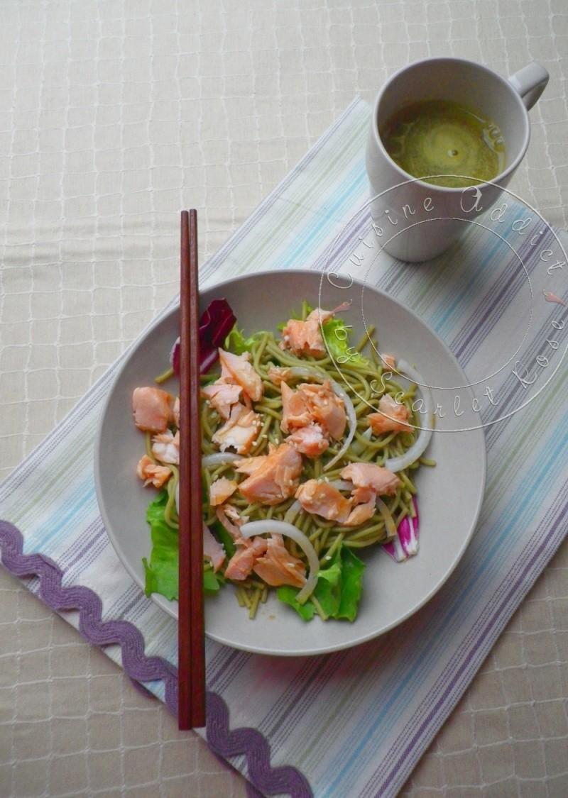 Salade au saumon et nouilles soba au thé matcha