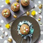 A Pâques on cache les oeufs dans des cupcakes! Cupcakes de Pâques Vanille, Chocolat & Praliné