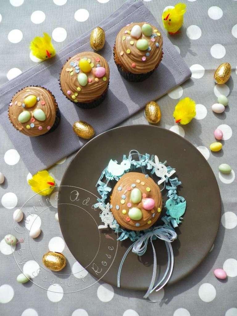 a p ques on cache les oeufs dans des cupcakes cupcakes de p ques vanille chocolat pralin. Black Bedroom Furniture Sets. Home Design Ideas