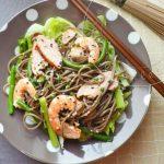 Salade Japonaise au Poulet, Crevettes et Nouilles Soba