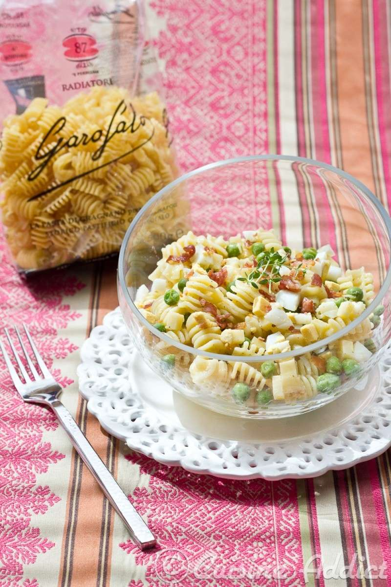 Pasta salad with peas and crispy bacon