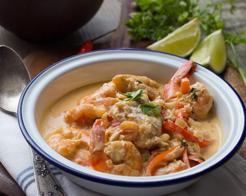 Moqueca de peixe e camarao sp cialit br silienne au for Poisson cuisine