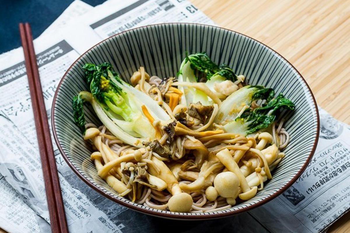 Poêlée Japonaise: Pak Choï, Champignons & Soba