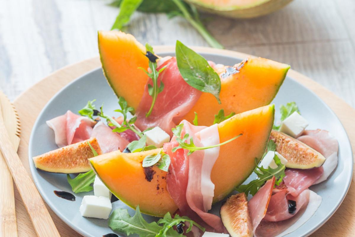 Salade estivale au melon jambon figues fra ches cuisine addict - Decoration de salade sur assiette ...