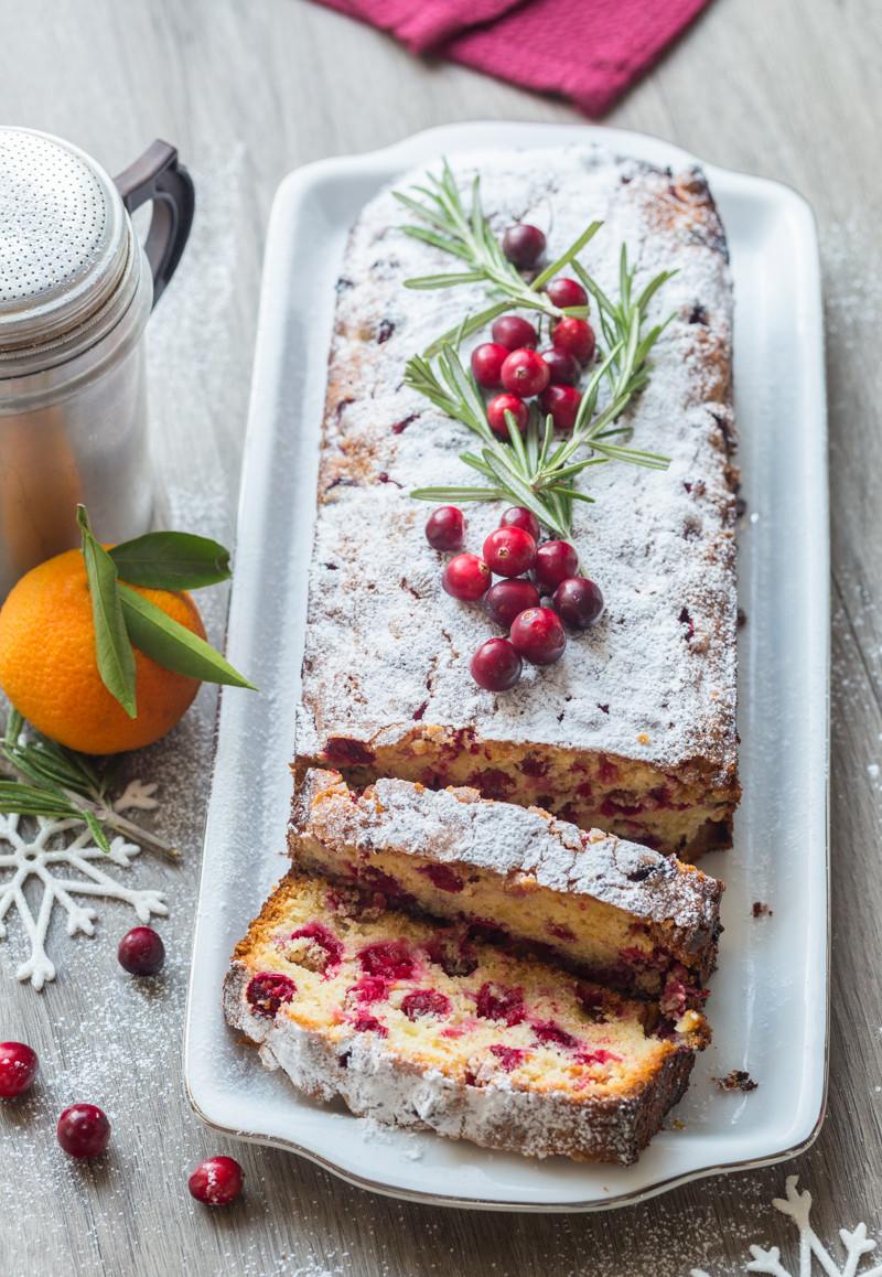 Cake aux airelles, mandarine et romarin