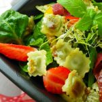 Salade printanière aux Ravioles à poêler Basilic, Pousses d'épinards et Fraises