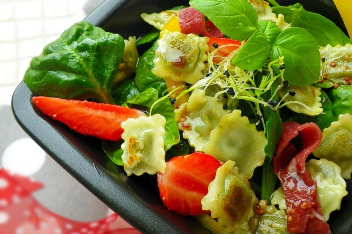 Salade printanière aux Ravioles à</br>poêler Basilic, Pousses</br>d&rsquo;épinards et Fraises