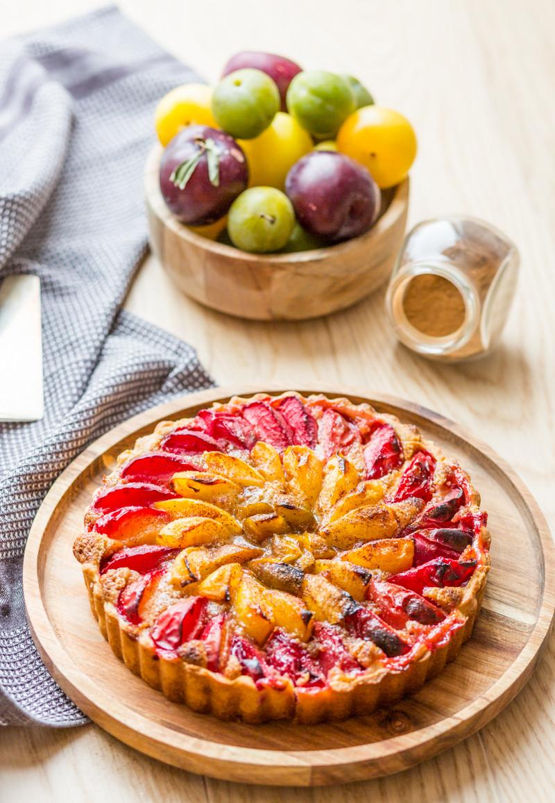 Tarte aux prunes multicolore