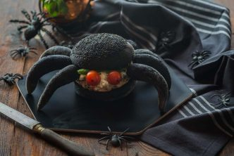 Burger noir au saumon pour Halloween