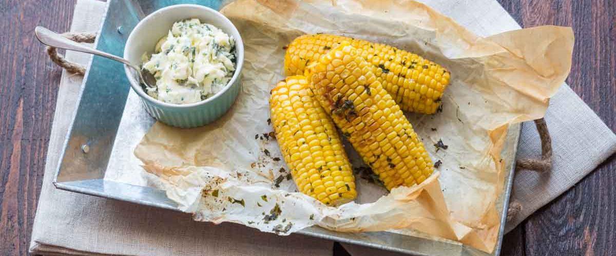Epis de mais grillés au beurre d'herbes