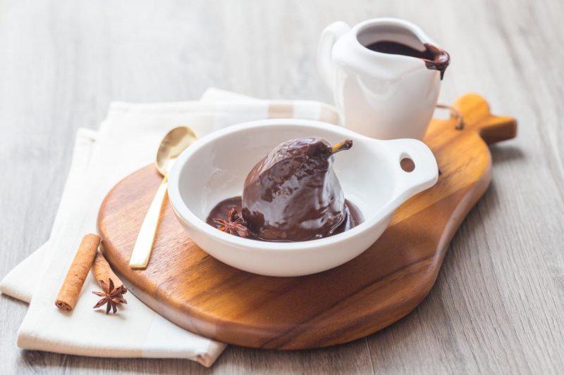 Poire pochée aux épices et chocolat chaud