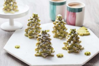Sapins de biscuits sablés au thé vert matcha