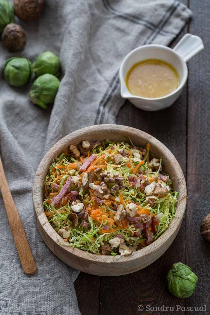 Recette de salade de choux de Bruxelles et carottes, aux noix et lardons