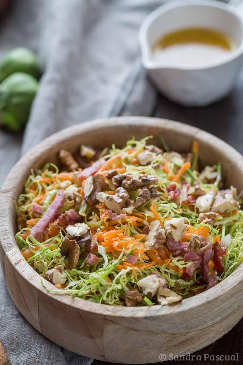 Salade de choux de Bruxelles et carottes, aux noix et lardons