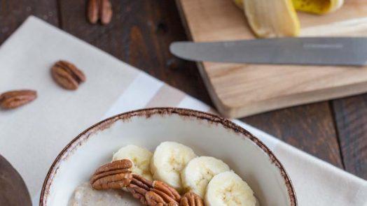 Porridge à la banane et noix de pécan
