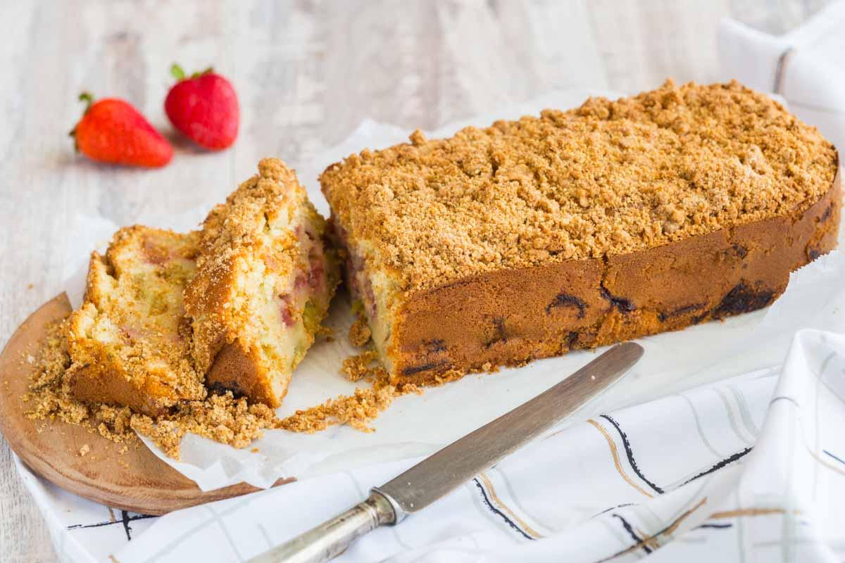 Recette de cake à la rhubarbe et aux fraises