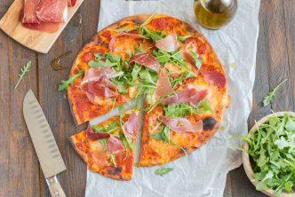 Pizza au jambon serrano et mozzarella