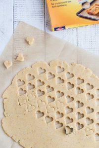 Découpez la pâte à l'emporte pièce