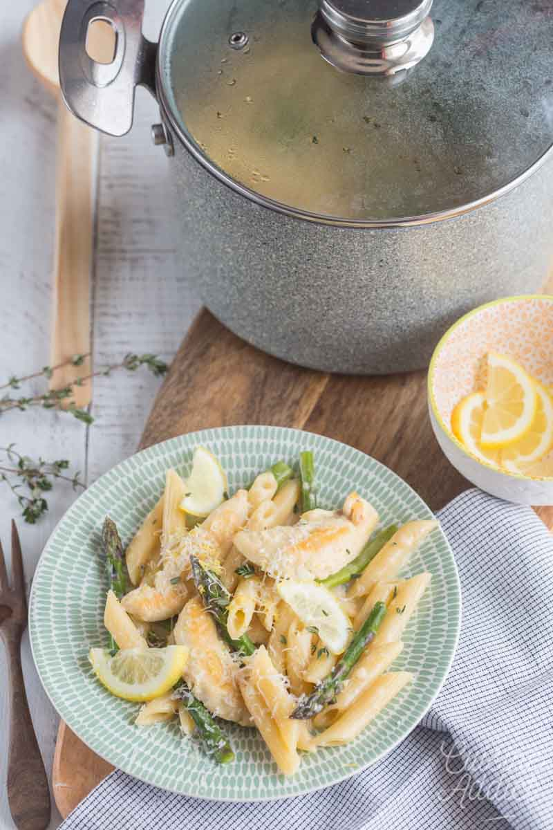 Penne au poulet, asperges vertes et fromage