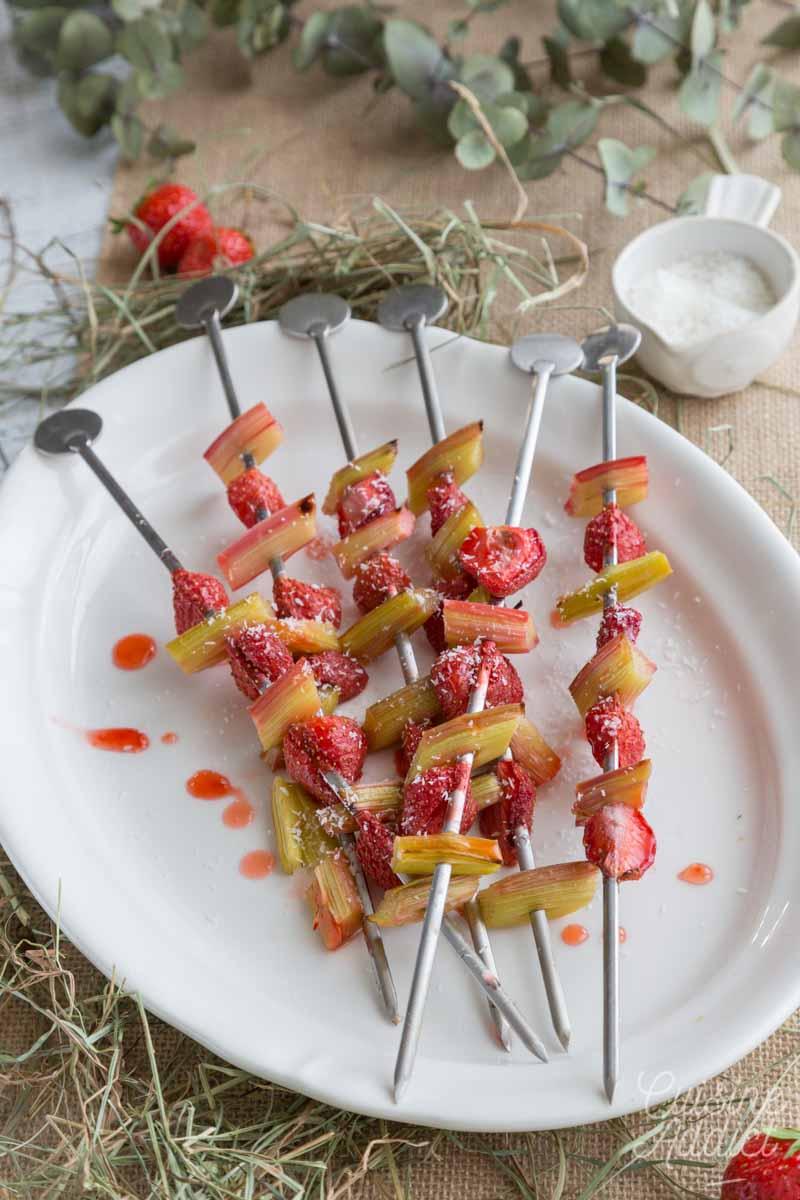 Brochettes de rhubarbe et fraises grillées