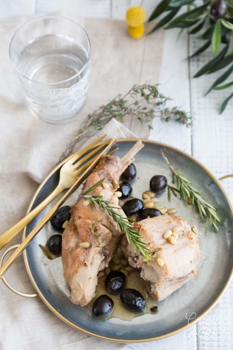 Lapin à l'italienne, aux olives et romarin
