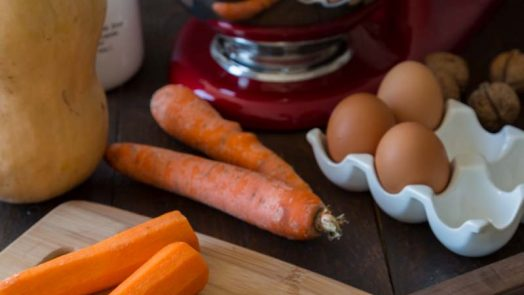 Préparation d'un gâteau à la carotte