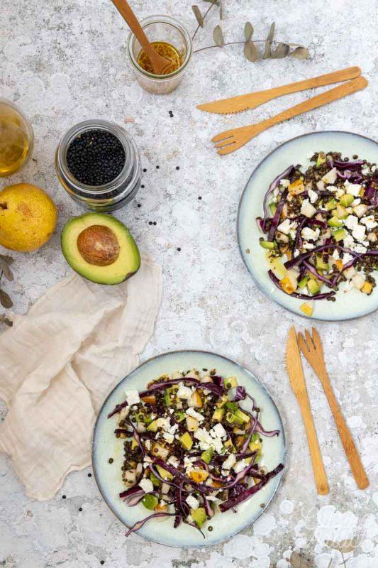 Salade de lentilles, poire, avocat et chou rouge