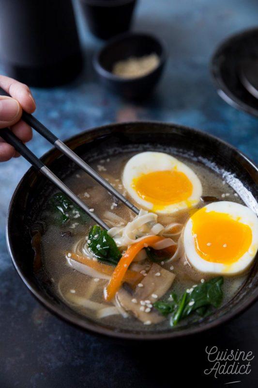 Soupe miso aux champignons, nouilles et oeuf mollet