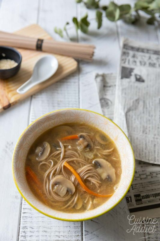 Soupe miso aux nouilles soba, champignons et carotte