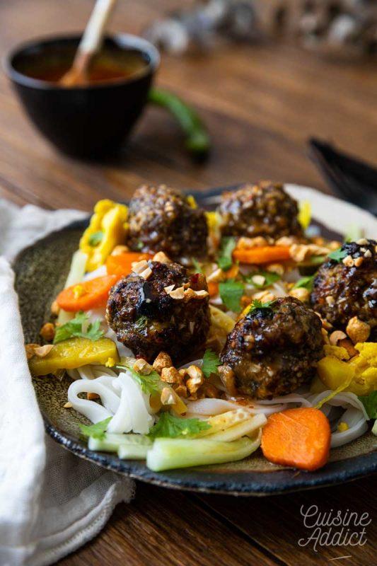 Salade vietnamienne aux boulettes et nouilles de riz