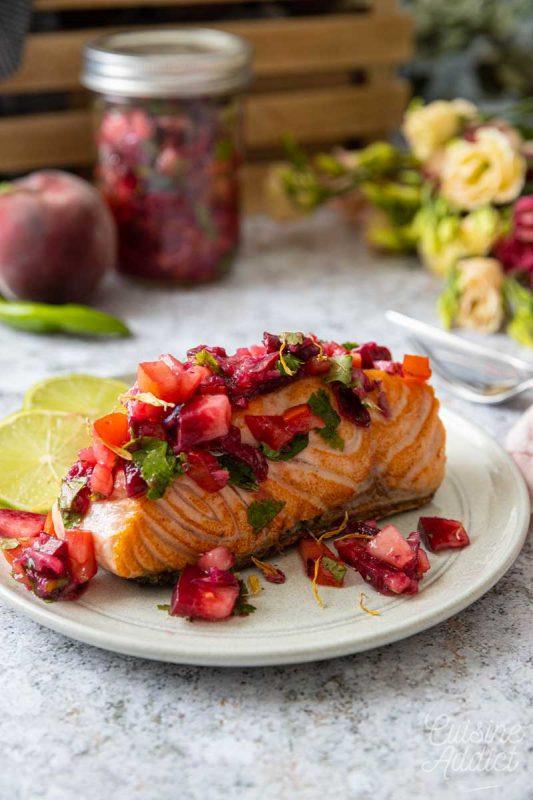 Saumon grillé et salsa à la pêche de vigne