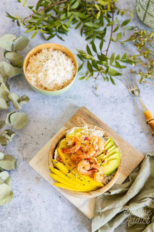 Poke bowl aux crevettes, mangue et avocat