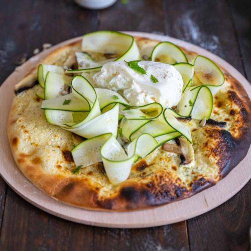 Recette de pizza blanche aux courgettes