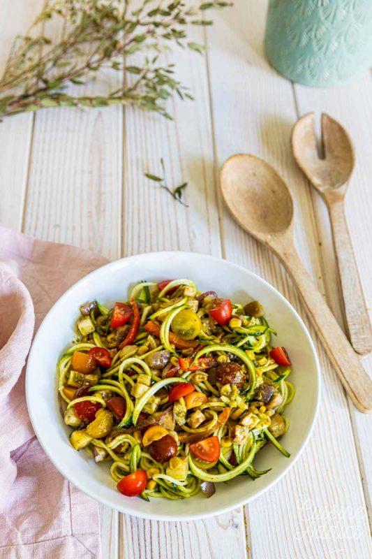 Salade estivale aux spaghetti de courgette et légumes rôtis
